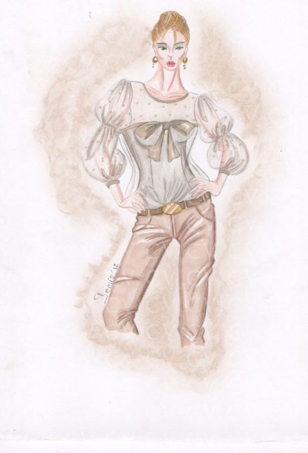 Pantaloni skinny in suede color biscotto con cintura con grande medaglione smorzato dalla blusa in leggero voile con fiocco in raso e maniche a sbuffo.